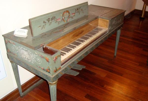 Pianoforte Erard de 1781. Las decoraciones siguen recordando a las de un clavecín, pero obviamente no es un piano como conocemos hoy en día.